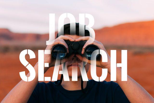 Kuvituskuva, henkilö katsoo kiikareilla kameraa kohti, kuvan päällä teksti Job Search