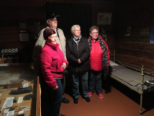 Vierailimme Tervalammen kartanon museolla 24.9. viimeistä kertaa ennen sen purkamista. Kuvassa kvasemmalta työlaitoksella työskennelleet Eila Leppikorpi (vasemmalta), museon pitäjä Paavo Jokinen, Annikki Salonen ja Aili Nissinen.