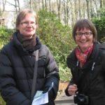 Tiina ja Taija nauttivat aurinkoissesta säästä ja Keukenhofin kukkaloistosta.