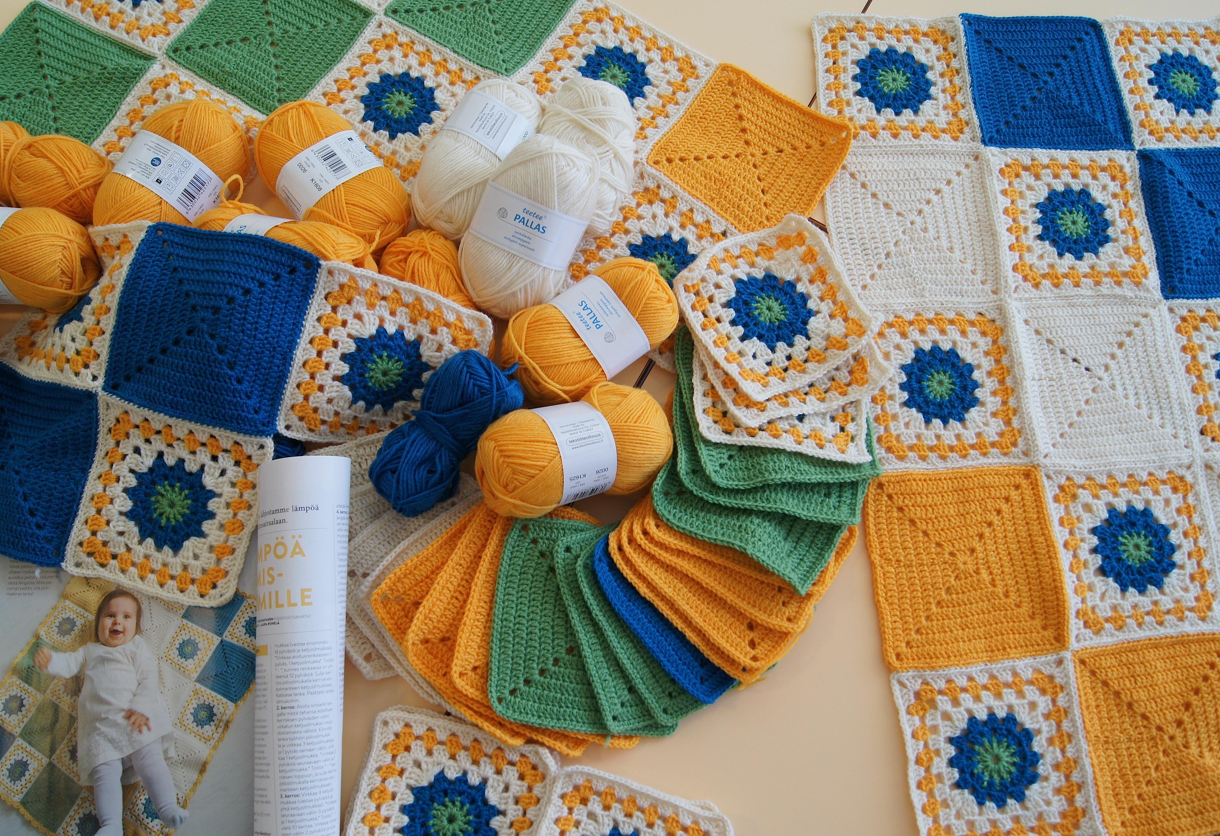 Martat-lehden sivuilla olleen ohjeen mukaisesti valmistetut vauvanpeitot kootaan virkatuista neliöistä. Toinen neliöistä on muunnos isoäidinneliöstä ja toinen on yksivärinen, pylväistä koostuva neliö.