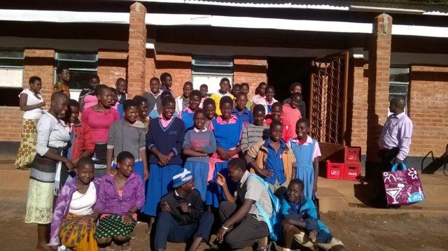 Vertaisohjaajat ryhmäkuvassa Bembeken koululla